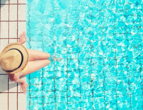 Saiba porque a sua piscina não deve cheirar demasiado a cloro