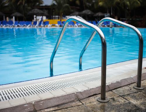 Escada perpendicular ou oblíqua? Escolha a escada ideal para a sua piscina!