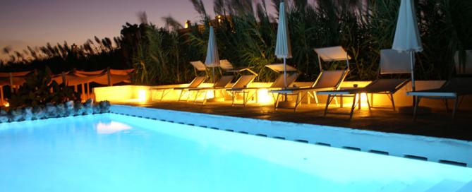 Illuminated_swimming_pool_at_Masseria_Cimino_in_Puglia,_Italy_-_panoramio