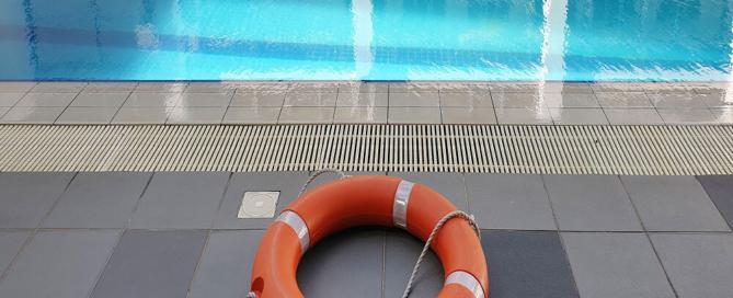 life-buoy-at-the-pool-WGMJ94A